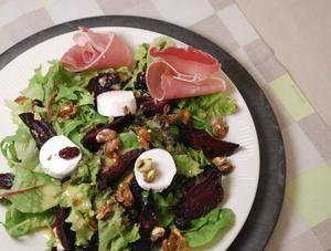 Salade met bietjes, gedroogde kersen, geitenkaas en gekruide pistache-karamel   kan vegetarisch ook mooi voor de feestdagen