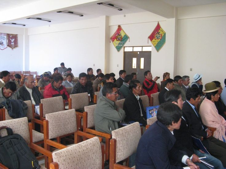 2012年5月2日と3日、ボリビアのオルロ県でWeb 2.0ワークショップが開催された。このワークショップは、教育省 [es]とJaqi Aru [ay]プロジェクトによって企画された。Jaqi Aruプロジェクトは、ボリビアのエル・アルト市の言語学者グループで、インターネット上でのアイマラ語使用を推進している。グローバル・ボイス・アイマラのボランティアの多くもJaqi Aruメンバーだ。このワークショップの対象者は、教員養成大学(スペイン語の略称はESFM)の教員。そして、ワークショップの目的は、教員や学生により多くのアイマラ語のデジタル・コンテンツを作成してもらうことだ。