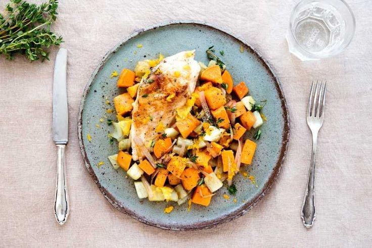 Thymian-Hähnchen: Hähnchenbrust gewürzt, gebraten (75 %) (Hähnchenfleisch, Rapsöl, Speisesalz, Gewürze), Wasser, Olivenöl, modifizierte Stärke (Wachsmaisstärke), Thymian (1 %), Orangenschalenabrieb, jodiertes Speisesalz (Speisesalz, Kaliumjodat), Vanille, Gewürze  Süßkartoffel-Fenchel-Gemüse: Süßkartoffeln (49 %), Fenchel (33 %), Schalotten, Olivenöl, SESAM, Ahornsirup,