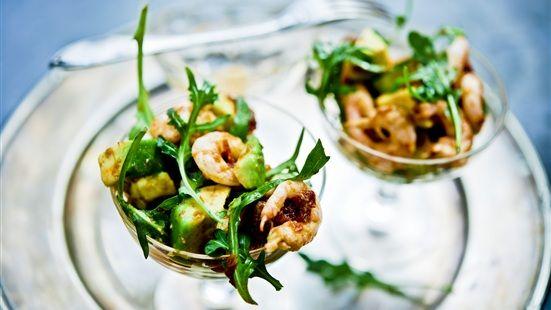 Avokado och räkor med tomatvinägrett  Räkor och avokado är en klassisk kombination, här kryddad med soltorkad tomat. En ovanligt lyckad smakkombo.