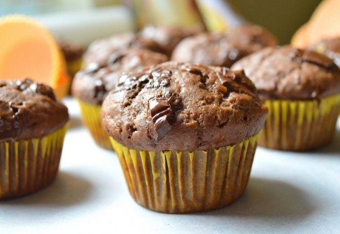 Csokis-banános-kakaós muffin recept képpel. Hozzávalók és az elkészítés részletes leírása. A csokis-banános-kakaós muffin elkészítési ideje: 30 perc