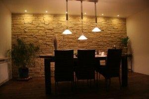 Wandverkleidungen in Steinoptik aus einem Kunststein in einem Wohnzimmer. Bei richtiger eingesetzter Beleuchtung ist dieses ein Augenschmaus in der eigenen Wohnung