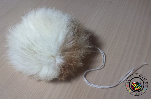 Die Kaninchen-Fellbommel haben einen Durchmesser von ca. 8cm. Die Felle stammen aus unserer eigenen Kaninchenzucht und sind Schlachtereinebenerzeugnisse. Die Tiere werden nicht nur des Felles wegen...