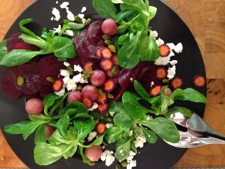 Wunderbarer Herbstsalat, Feta, rote Beete, Feldsalat, Trauben