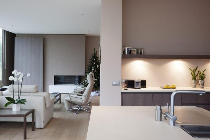 De bewoners kozen warme, aardse tinten voor het interieur.  - Koksijde, architecten Griet & Jo De Baenst