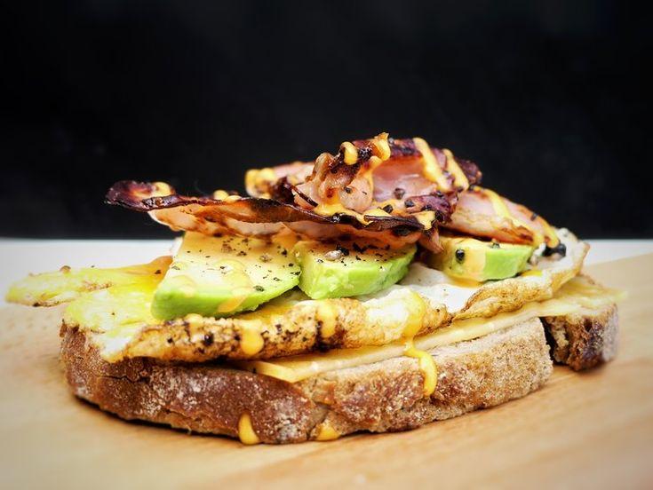 Oerbrood, gesmolten oude kaas, gebakken ei, avocado