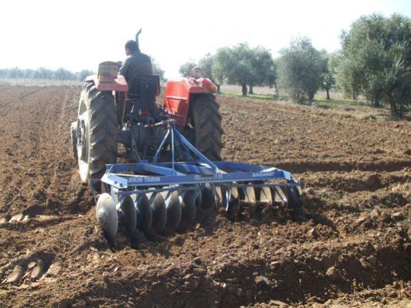 Toprağın sürülmesi sonucu oluşan iri topakları ufalamak için diskaro çekildi. Büyüklük:  58,2 KB (Kilobyte)