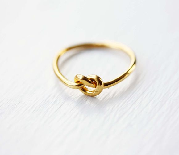 I've seen a lot of these style rings but this one is by far the prettiest. Would make a cute engagement ring. Always thought diamonds were too flashy anyway.