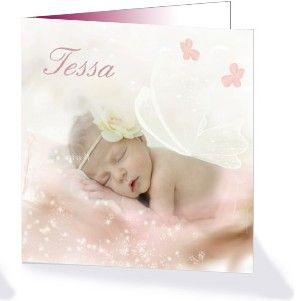 Een sprookjes geboortekaartje voor jullie dochter met een babyfoto en op haar rug doorzichtige vleugels. Ook zijn er sterretjes en bloemen afgebeeld op een zacht roze print. Dit schattige geboortekaartje is te vinden in de geboortekaartencollectie 'Droomwereld' van Kaart op Maat.
