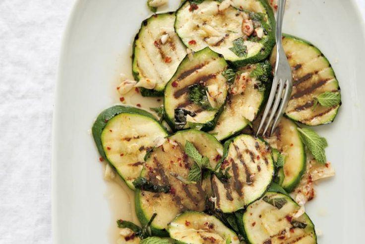 Met de fris-pittige combinatie van munt en chilipeper krijgt de gebakken courgette een mediterraan tintje - Recept - Allerhande