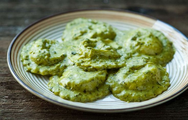I ravioli di burrata al pesto di basilico sono un primo piatto da preparare in casa. Sono molto golosi e profumati e abbastanza semplici da preparare.