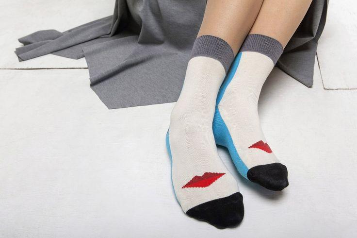 Príbeh planéty, kde sa dobro koná. O ponožkách navrhnutých na mieru pre dobrú vec. The story of custom made socks fot P(l)uto. Socks - custom made - kiss - philathropy