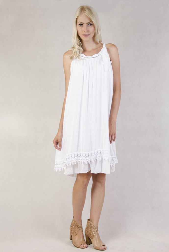 Biała sukienka ze wstążką przy ramiączkach