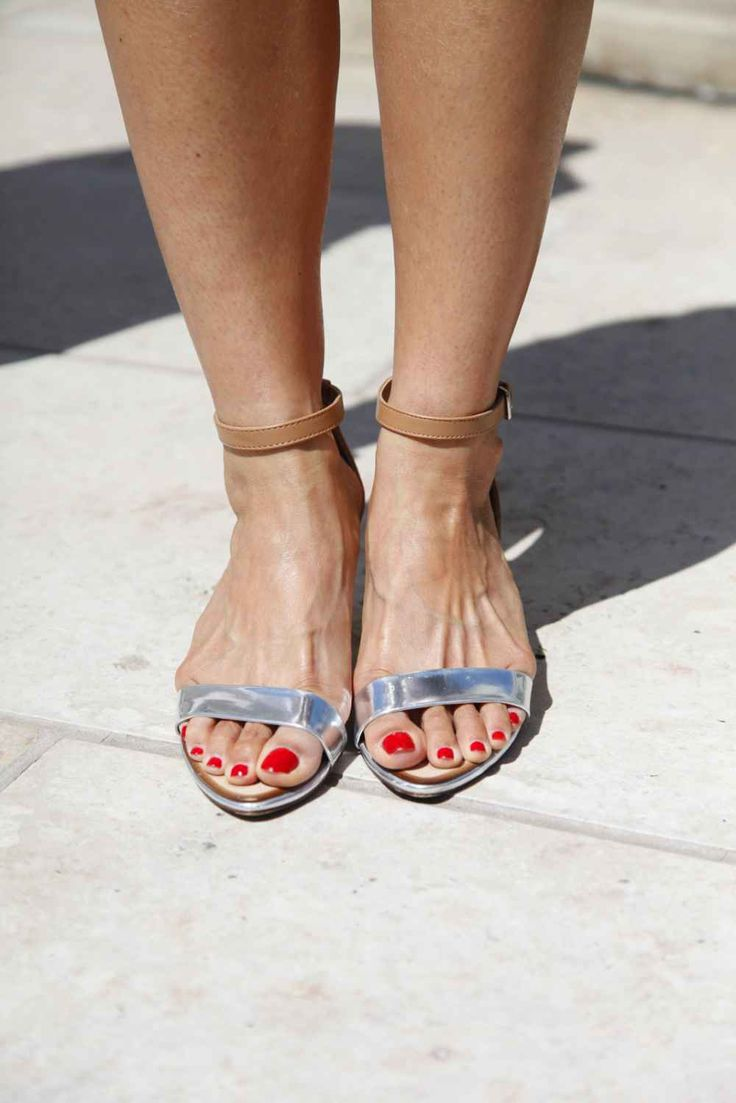 Classic red polish and minimalist metallics, this girl just inspired us to hit up our nail salon and closest Zara, stat!