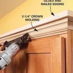 Ajoutez des moulures et des étagères en haut de vos armoires de cuisine. | 31 Easy DIY Upgrad …