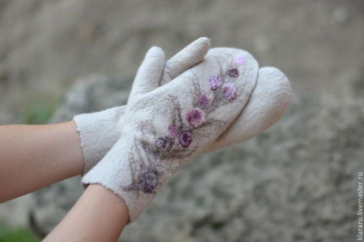 Купить Варежки с сиреневыми цветами, женские варежки, бежевые варежки - цветы…