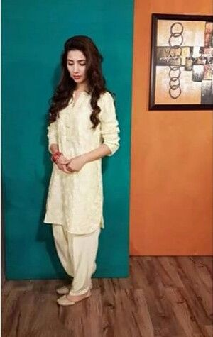 Pakistani actor Mahira Khan in traditional shalwar kameez & khussas/slippers =]