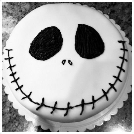 Halloween Cake Decorating Ideas. Sooooo simple yet so effective. The kids could even have a go with this