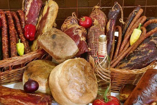 Atestarea produselor traditionale este reglementata de Ordinul nr. 724 din 29 iulie 2013 emis de... produs tradiţional inseamna produs alimentar fabricat pe teritoriul naţional şi pentru care se utilizează materii prime locale care nu are în compoziţia lui aditivi alimentari care prezintă o reţetă tradiţională un mod de producţie şi/sau de prelucrare şi un procedeu tehnologic tradiţional şi care se distinge de... http://ift.tt/2gygFtj