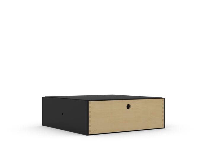 Il modulo Cassetto è bifacciale, quindi si può aprire da due lati. È composto da una struttura in ferro verniciato a polvere e dal componente cassetto in multistrato di betulla.Ilmodulo è componibile con gli altri, grazie al sistema di incastro di ogni pezzo ed è orientabile a 360°. Il modulo viene consegnatogià assemblatoe completo. Cavò ha ricevuto una Menzione d`Onore dalla giuria internazionale del XXIII Compasso d`Oro 2014 ed è patent pending. Realizzato con materiali rici...