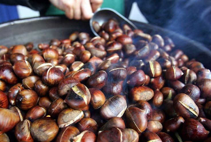 Maroni findet man auf fast jedem Weihnachtsmarkt. Eine halbe Stunde müssen sie über Steinkohle rösten, um besonders weich und schmackhaft zu werden.