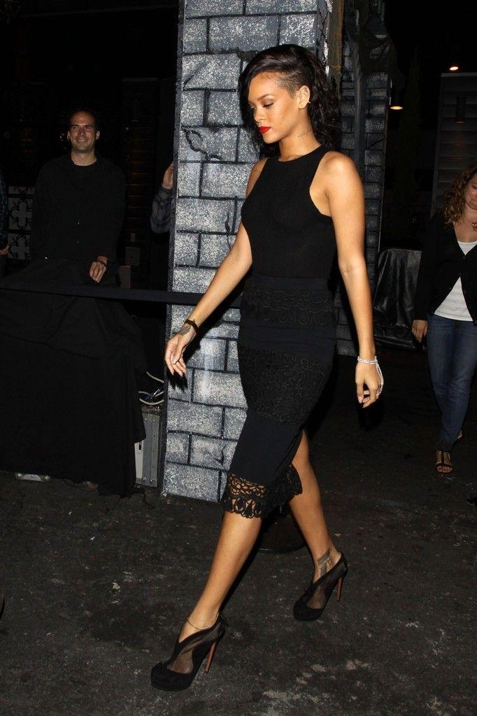 Singer+Rihanna+keeping+simple+black+dress+LqWeIoCF6vJx.jpg (682u00d71024) | Rihanna