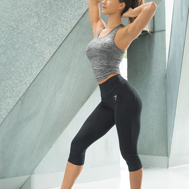 Strike a pose. @karinaelle rocking the Seamless tank and Sculpture cropped leggings.