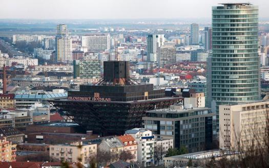 El edificio de la Radio Eslovaca en Bratislava. Esta pirámide invertida fue diseñada por Štefan Svetko, Štefan Durkovic y Bernabé Kissling y fue terminada en 1983