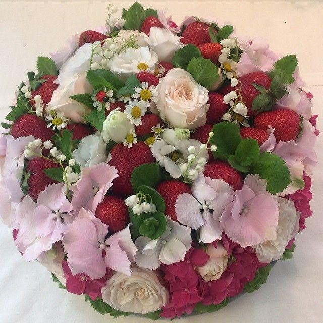 Цветочный тортик с клубникой, мятой, ландышами и гортензией!!! #цветочныйдомкативолги 🎀💐💝