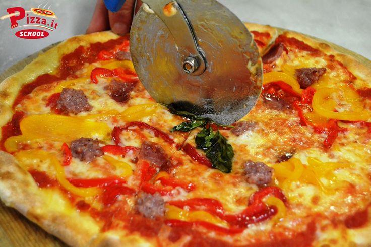 Una squisita peperoni e salsiccia rossa. #PizzaItSchool #peperoniesalsiccia