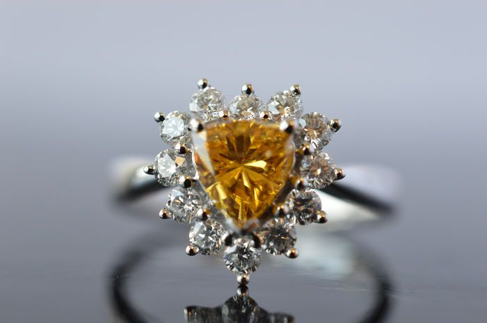 Catawiki Online-Auktionshaus:  Herzförmiger Entourage Ring mit Fancy Intense Yellow Orange Diamant