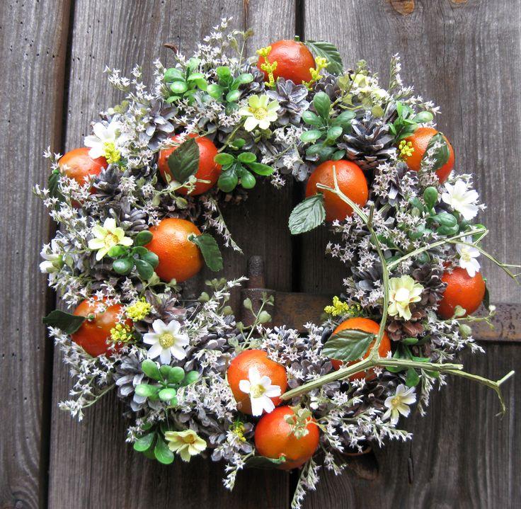Mandarinky+Věneček+se+sušinou,+látkovými+květinami,+plastové+mandarinky,+průměr+30+cm.