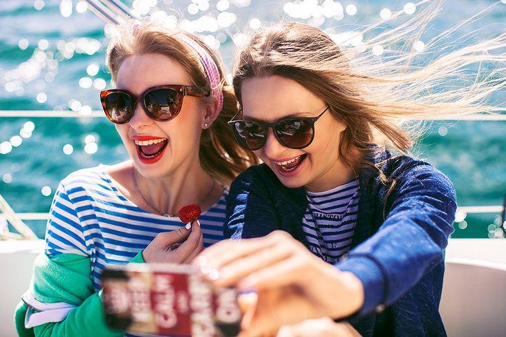 Что может быть лучше девичника в Барселоне на белоснежной яхте с ледяной кавой, морским бризом и полосатым дресс-кодом? Разве только солнечные фотографии, которые остались после вечеринки от Marakesha Photography! 😊