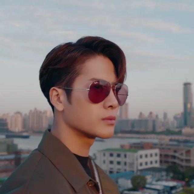 拥有超高人气的韩国男团 Got7 成员王嘉尔 @jacksonwang852g7 此次与 @rayban 联手合作推出Aviator Team  Wang X Ray-Ban联名太阳眼镜系列飞行员墨镜内侧还刻上王嘉尔的亲笔签名在宣传短... | Hats for sale,  Sunglasses, Grey lenses