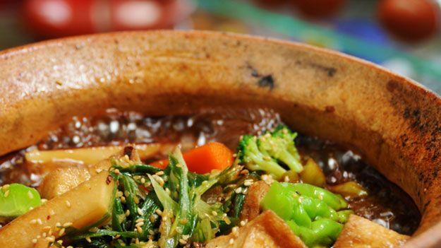 Λαχανικά σε πήλινο σκεύος με κάλυμα