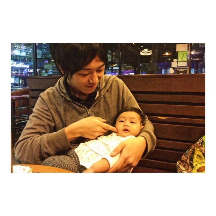 マレーシアの赤ちゃん d(_o) So cute Malaysian baby  最近はインスタ放置してましたが特に嬉しい出来事があったのでご報告  スタバ友達のilahが赤ちゃんを連れてきたので抱っこさせてもらいましたV(_)V  赤ちゃんはプヨンプヨンしてて可愛いくて癒されますよね  従兄弟も中学生になってベイビーらしさが完全に抜けきっていたので大分久しぶりに赤ちゃんパワー頂きました  #海外移住 #マレーシア #マレーシア生活 #ランカウイ島 #赤ちゃん #赤ちゃん本舗 #赤ちゃんの手 #赤ちゃん返り #赤ちゃん動画 #赤ちゃんの頃 #赤ちゃんと僕 #赤ちゃんと一緒 #赤ちゃん撮影 #赤ちゃん可愛い #赤ちゃん #赤ちゃん癒し #赤ちゃんの匂い #癒し #癒される #癒やし #癒しの時間 #癒しの空間 #癒やされる #赤ちゃん好き #赤ちゃんコーデ #癒し系 #リラックス #リラックスタイム #リラックス効果