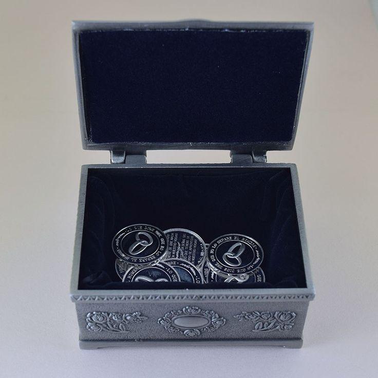 """interior cofre """"romance"""" en pewter con arras en diseño de anillos de boda #ondinecollection #bodas #bodasbonitas #ceremoniaboda"""