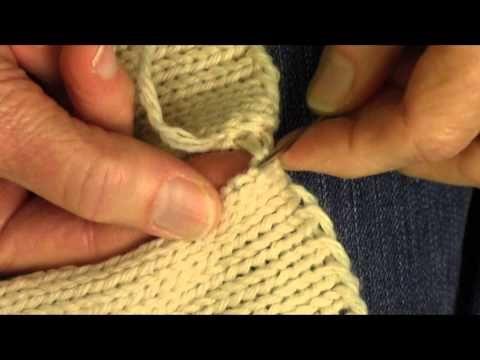 Verbinden Sie das Stricken, indem Sie mit einem Matratzenstich nähen. Sehr klar und einfach …