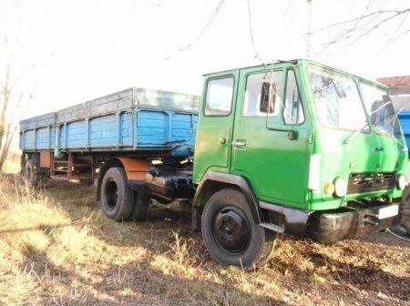 КАЗ-608 с бортовым полуприцепом КАЗ-716 грузоподъемностью 11,5 т.