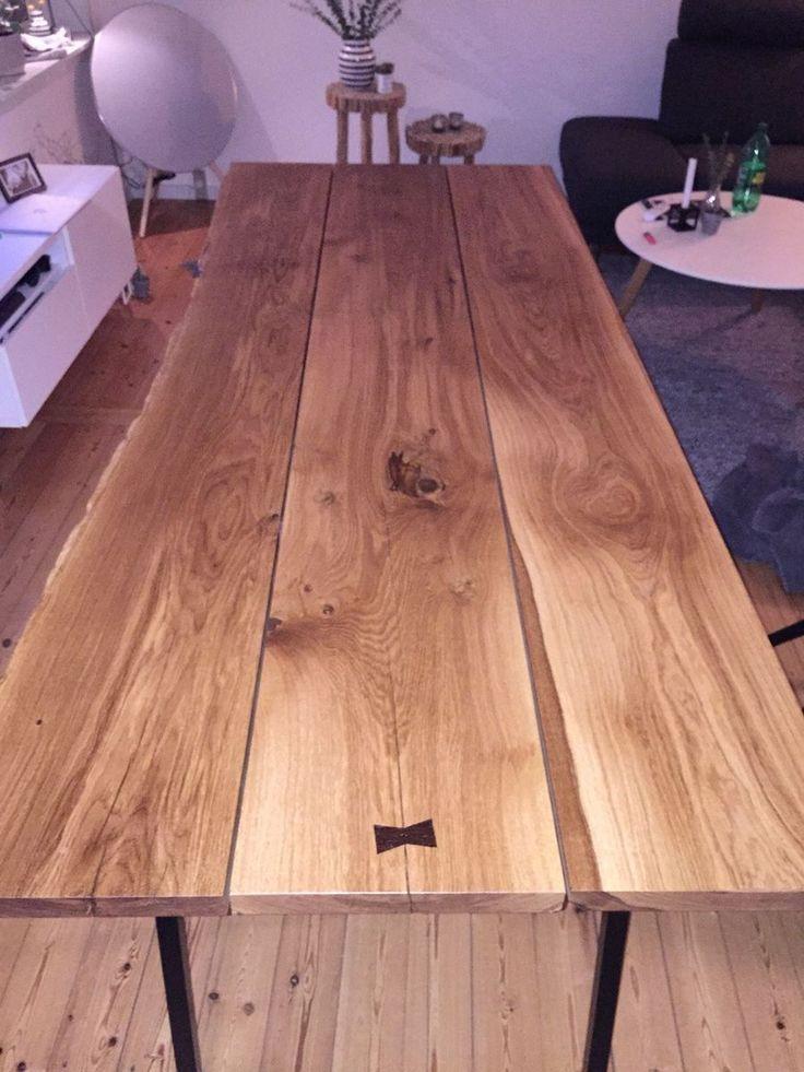 Spisebord, Egetræ , b: 96 l: 235, Egetræsbord med hay bukke, som ben. Under bordet er der fræst 3 stykker fladjern i, som holder plankerne sammen sidevejs og i niveau. Bordet er behandlet med junckers rustik bordplade olie i klar natur. I den ene ende af bordet er der nedfræst en butterfly i wengetræ, for at sammenholde en revne, hvilket også giver et flot æstetisk udtryk. OBS: Plankerne er tørret til 8% fugtighed = møbeltørt