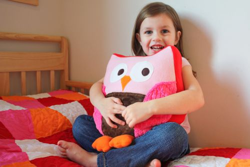 Owl pillows are the CUTEST things!Here's a quick and easy free owl pillow tutorial to make one for your little ones.