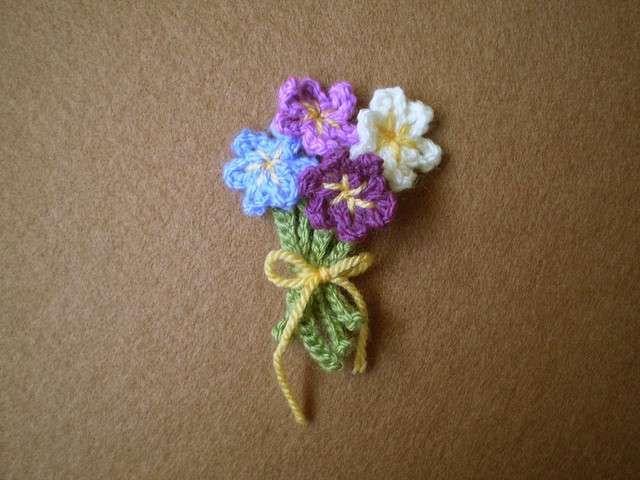 La designer Rosemily propone un delicato mazzolino di piccolissimi fiori colorati. Vogliamo farne una spilla che non appassirà mai?