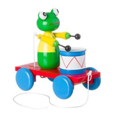 Houten trekfiguur van een kikker met zijn trommel. Pak het touwtje vast en ga met het trekfiguur lopen. De kikker slaat dan vrolijk op zijn trommel.