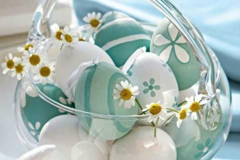 Яйца с голубым декором в стеклянной вазе