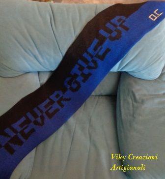 Sciarpa Inter realizzata a maglia completamente a mano,con filati italiani.Ideale come idea regalo per chi ama il calcio e ama andare allo stadio