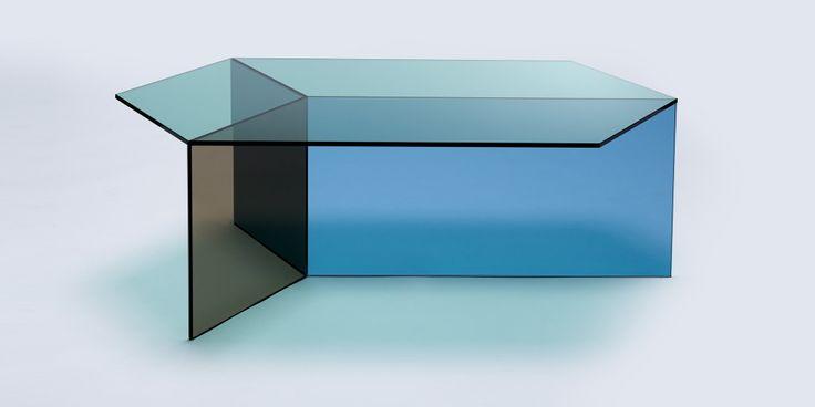 """Glastisch aus der Serie """"Isom oblong"""" von Neo/Craft - je nach Blickwinkel ändern sich die Farbschattierungen und der Tisch vermittelt die perfekte isometrische Darstellung eines Würfels."""