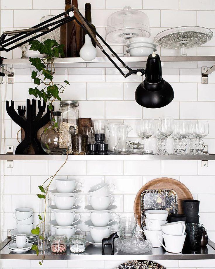 Bra förvaring är a och o i ett kök – och det skadar ju inte om den är snygg också! 😍 Som här, hemma hos vår bloggare @daniellawitte 👌🏻 På elledecoration.se ger vi just nu sex smarta tips på hur du fixar ordning och reda i köket. Länken hittar du som vanligt i profilen! ☝🏻️ Styling och foto: @daniellawitte #elledecorationse #interior #kitchen #inredningsinspiration