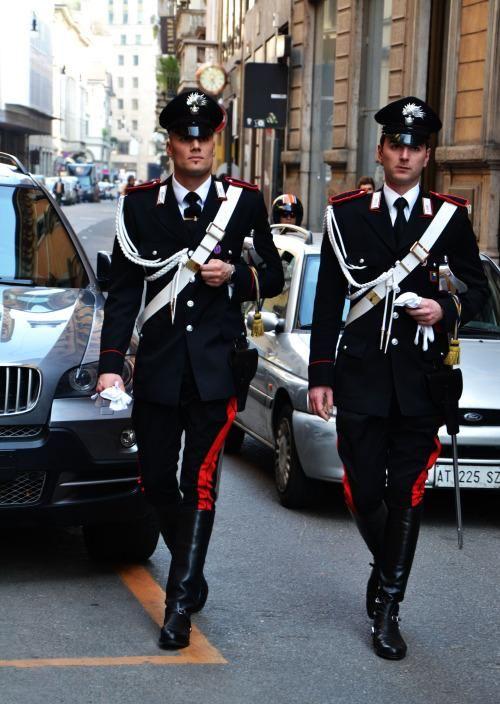 """山根@TFさんはTwitterを使っています: """"イタリアの国家憲兵カラビニエリの制服もかなりぐっとくるよ http://t.co/MGOPaSbTYE"""""""