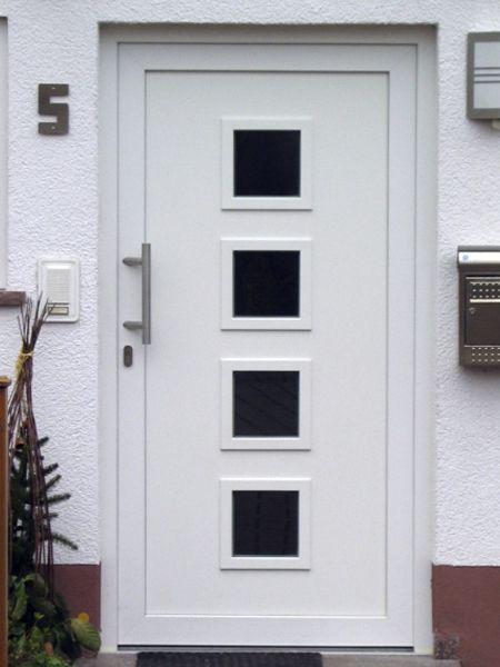 Puerta de calle fabricada con pvc veka en l neas rectas for Puertas de metal para exterior