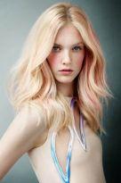 Gestuftes blondes Haar mit Highlights in Pastell